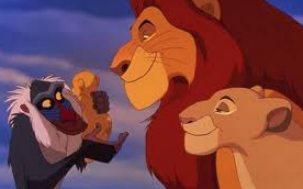 Mufasa, Sarabi och Rafiki visar Simba-valpen