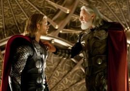 雷神(克里斯·海姆斯沃思)和奥丁(安东尼·霍普金斯)