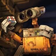 Wall-e con sus objetos encontrados en el curso de su trabajo.