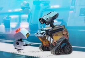 Wall-e es revisado por el trabajador de descontaminación