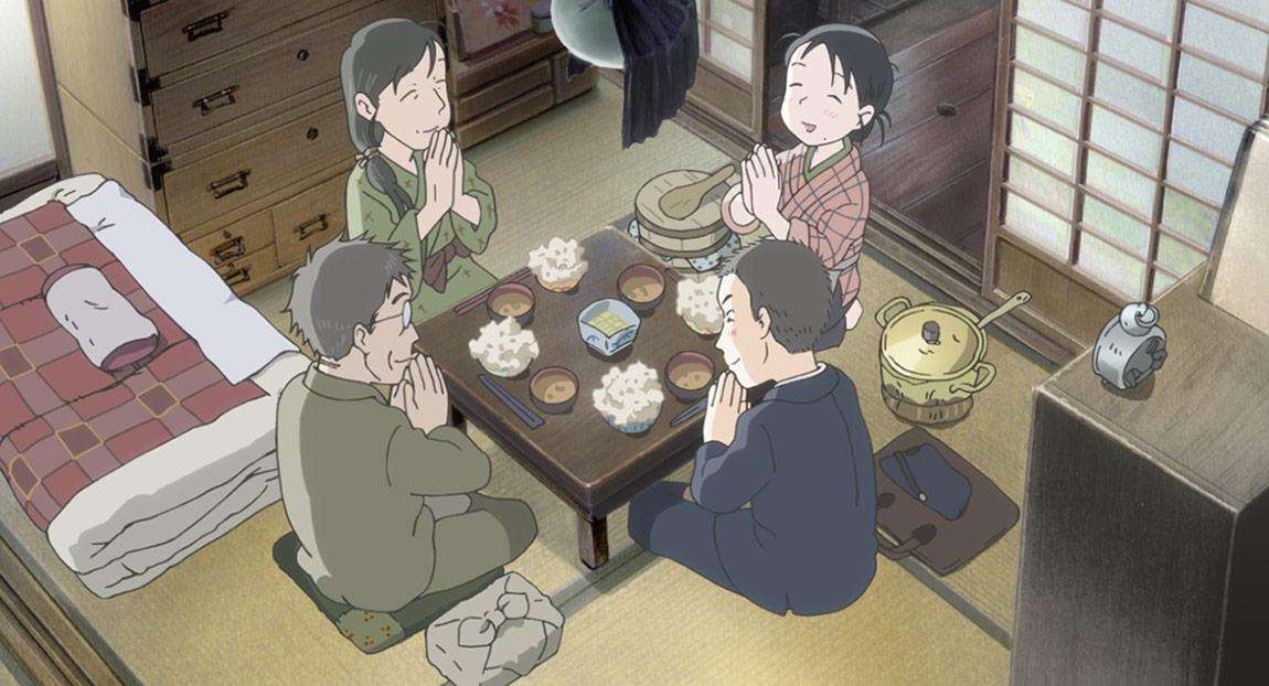 스즈 라 우라노는 가족과 함께 점심을 먹습니다.