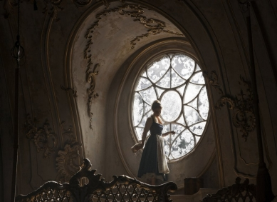 Belle vid slottfönstret
