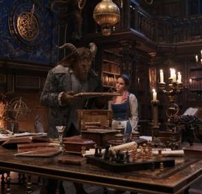 美女与野兽在城堡图书馆