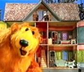 Karhu isossa sinisessä talossa