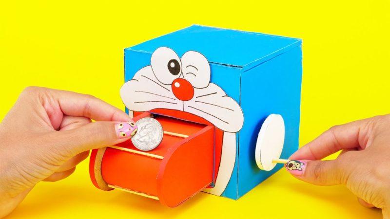 Come costruire un simpatico salvadanaio con rullo di Doraemon