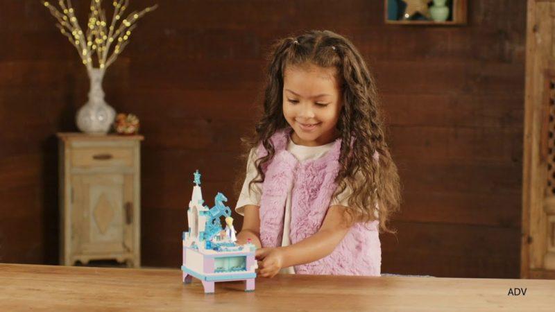 Film z Krainy Lodu przedstawiający zabawkę LEGO - Pudełko na biżuterię Elsy