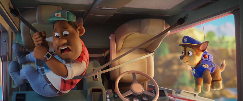 Gus (Tyler Perry) e Chase (Iain Armitage) in PAW Patrol: The Movie, da Paramount Pictures. [Courtesy of Spin Master]